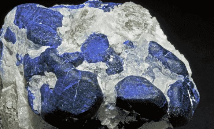 Минеральный камень содалит