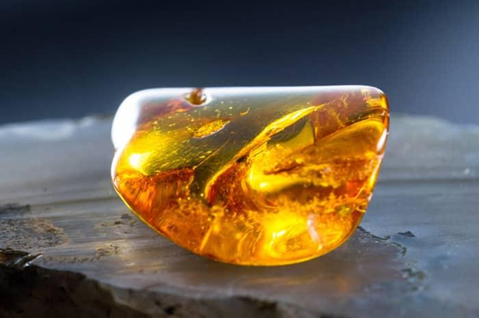 С какими минералами сочетается янтарь